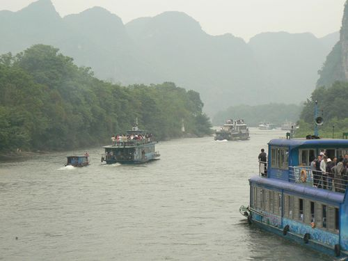 Gulin-river-boat-moutains