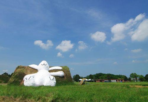 Moon-rabbit-florentijn-hofman-designboom-08