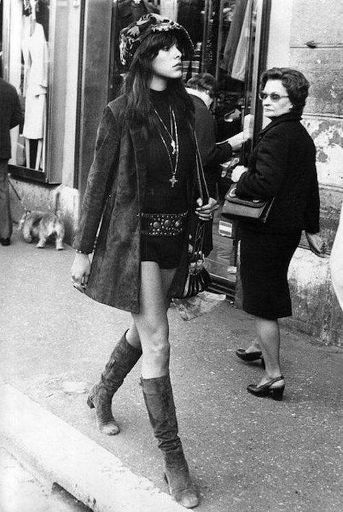 Le-Fashion-Blog-1970s-70s-Street-Style-Vintage-Photos-Mini-Skirt-Hip-Belt-Knee-High-Boots-Suede-Coat-Via-Tres-Blase
