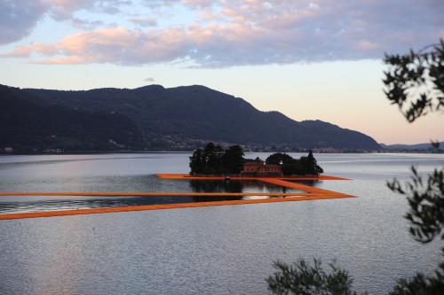 Christo-floating-piers-lake-iseo-italy-5